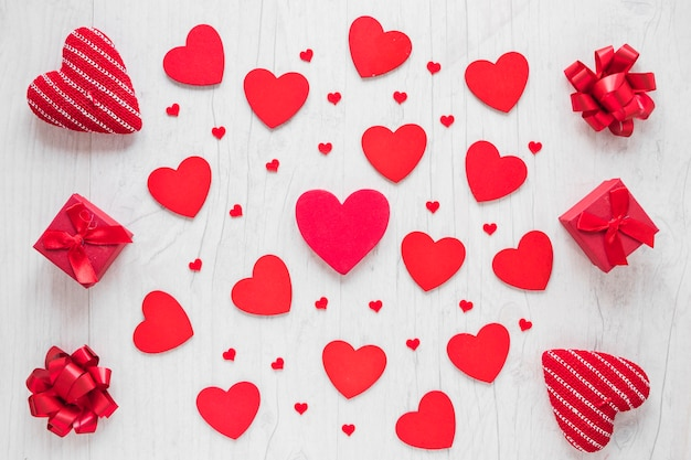 Подарки и луки вокруг сердец Бесплатные Фотографии