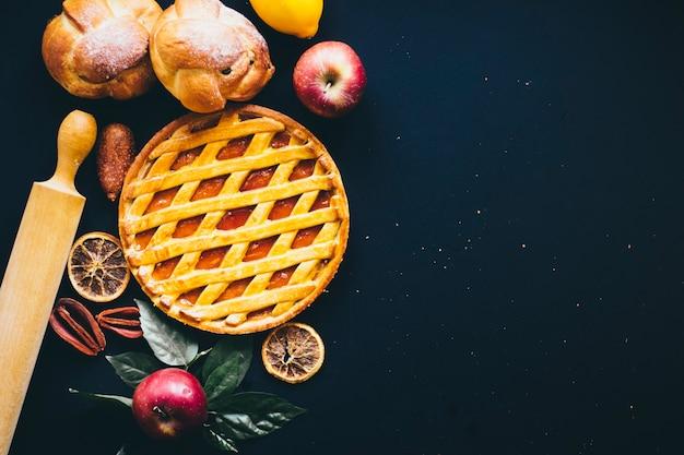 果物やペストリーの近くのローリングピン 無料写真