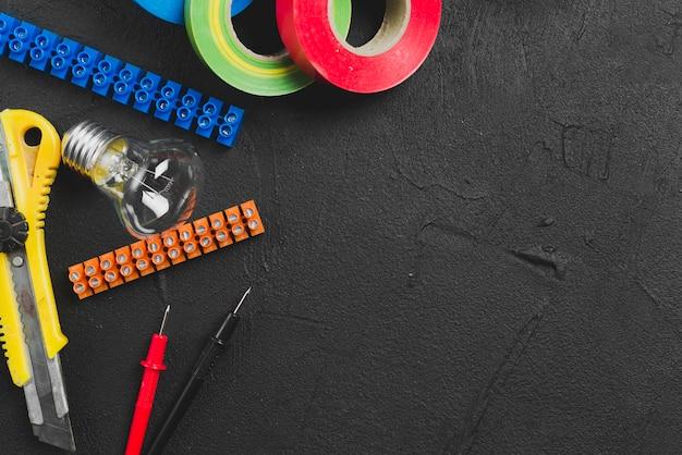 電球とテープ付きテーブル 無料写真