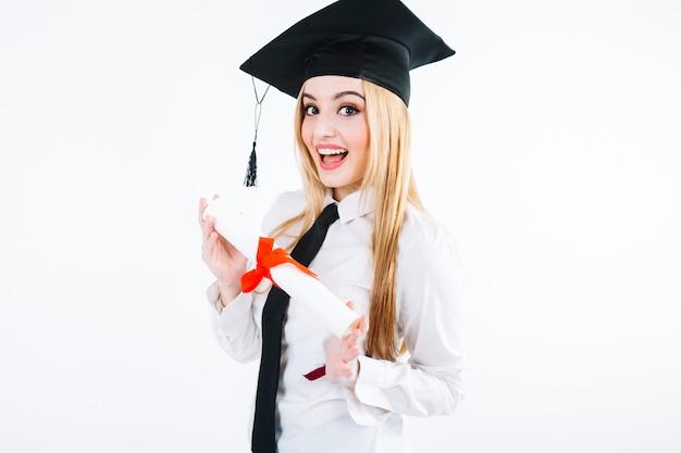 卒業生の帽子と魅力的な女性 無料写真