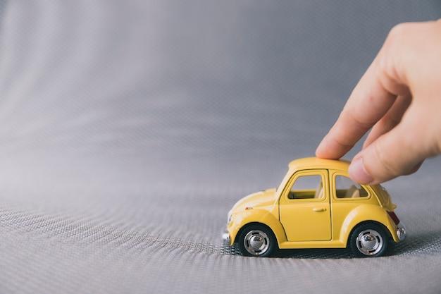 Кадрирование рук с игрушечным автомобилем Бесплатные Фотографии