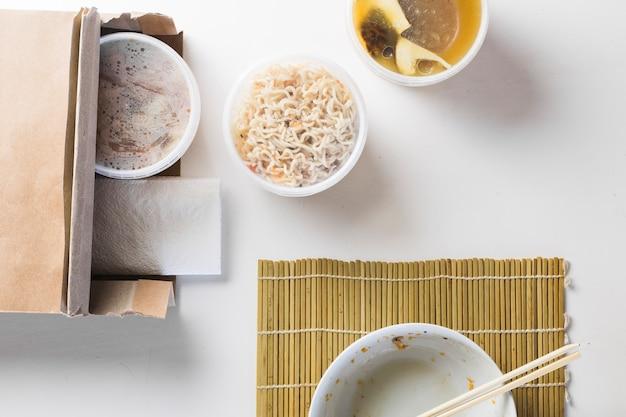 Пустая миска возле выездной азиатской кухни Бесплатные Фотографии