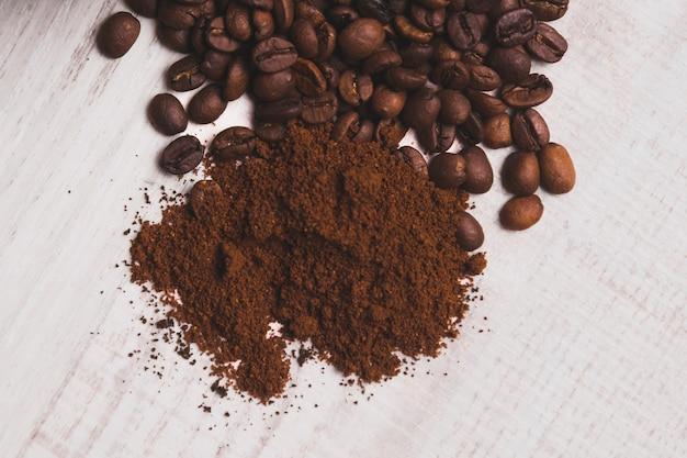 Молотый кофе под бобами Бесплатные Фотографии