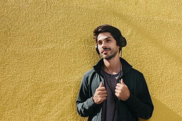 音楽を聴いている若い男を夢見る 無料写真