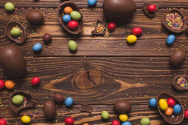 木製の背景にイースターのお菓子 無料写真