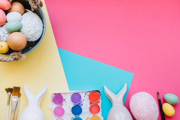 カラフルな卵とハロウィンの置物 無料写真