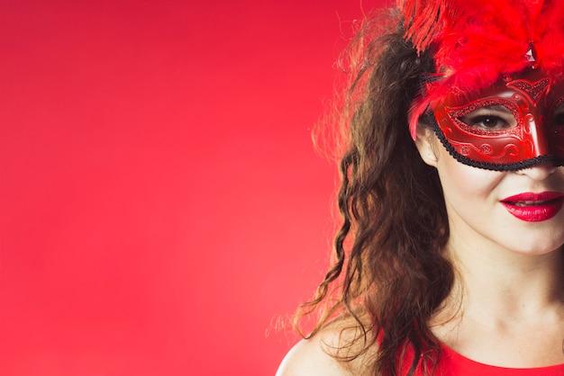 赤いカーニバルのマスクのかわいい女性 無料写真