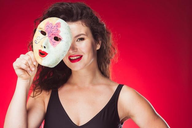 カラフルなマスクで立つ笑顔の女性 無料写真