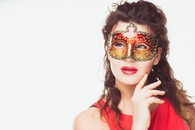 Мечтательная женщина с маской Бесплатные Фотографии