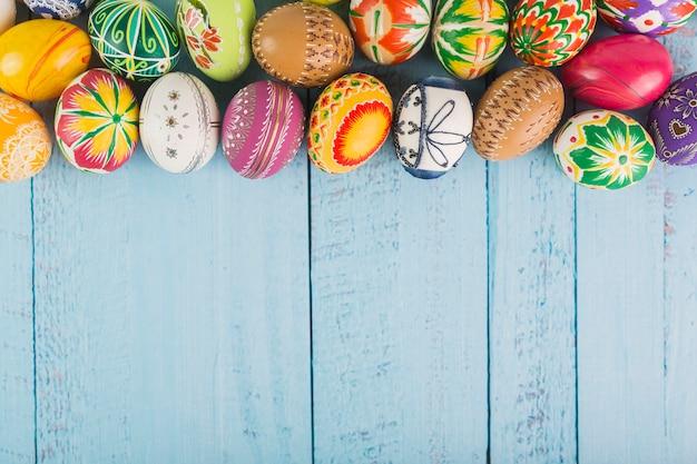 アレンジメントに豊富な色の卵 無料写真