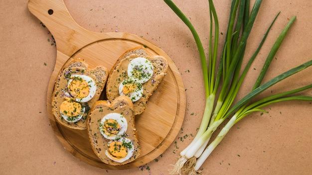 開いたサンドイッチの近くのスカリオン 無料写真