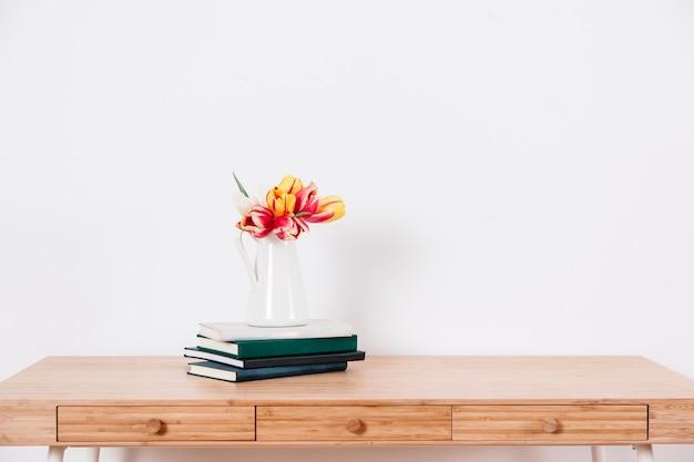 花とメモ帳のテーブル 無料写真