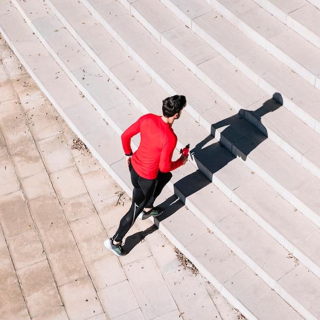 上の階で走り始める男 無料写真
