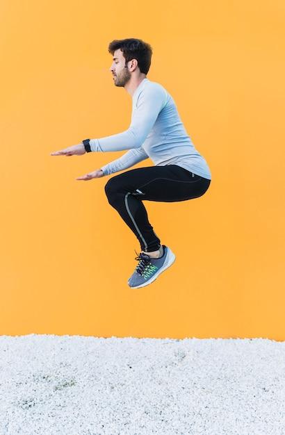 Человек прыгает во время тренировки Бесплатные Фотографии