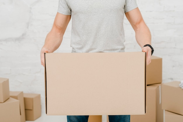 Человек-урожай с картонной коробкой Бесплатные Фотографии