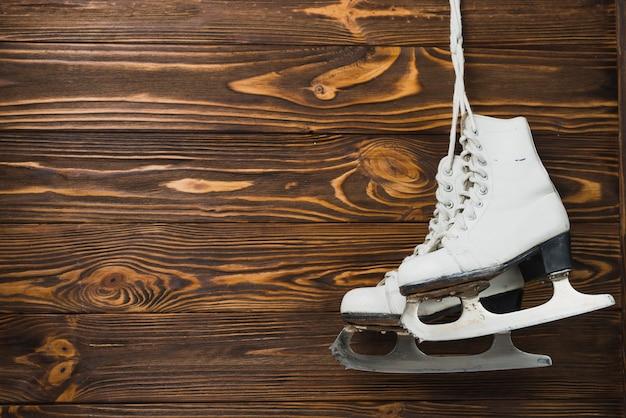 картинки с коньками на гвозде благодаря удачному