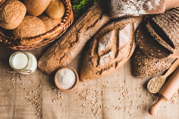 新しく作られたパンの盛り合わせ 無料写真