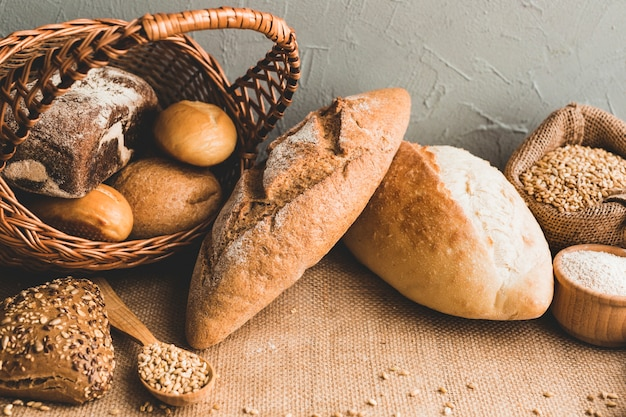 小麦のパン、バスケットのパンで 無料写真