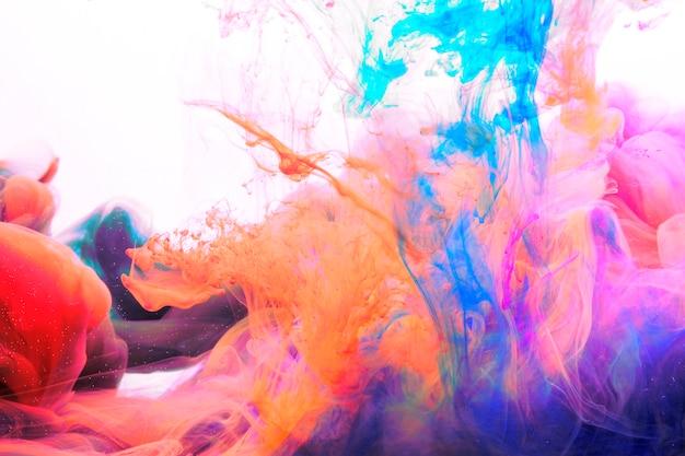 水中で混合する明るい染料 無料写真
