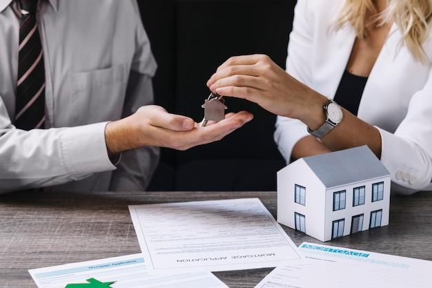 新しい所有者に鍵を渡す不動産業者 無料写真