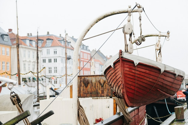 ボートで街の川の係留 無料写真