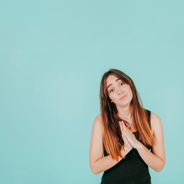 Молодая женщина умоляет Бесплатные Фотографии