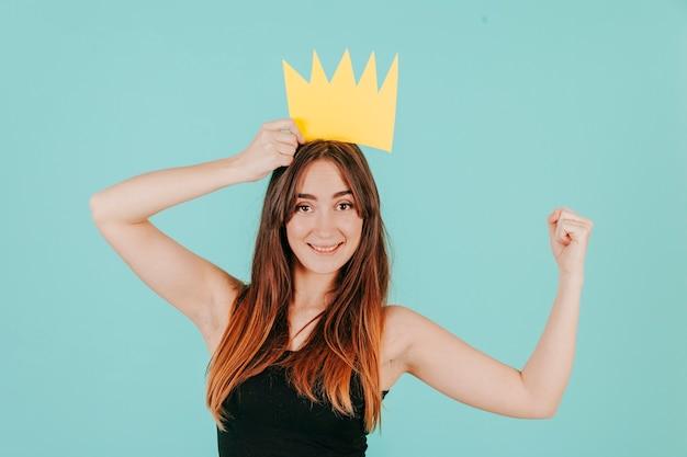 女性、紙、王冠、見る、筋肉 無料写真