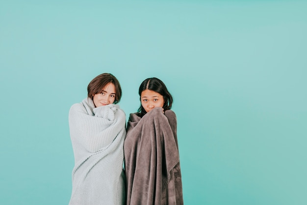 Молодые женщины, завернутые в одеяла Бесплатные Фотографии