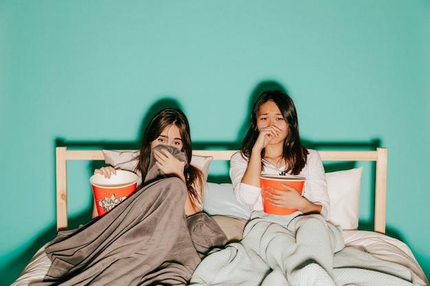 Друзья смотрят печальные фильмы с попкорном Бесплатные Фотографии