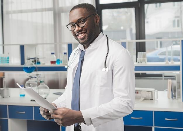 紙を持つ陽気な民族の医者 無料写真