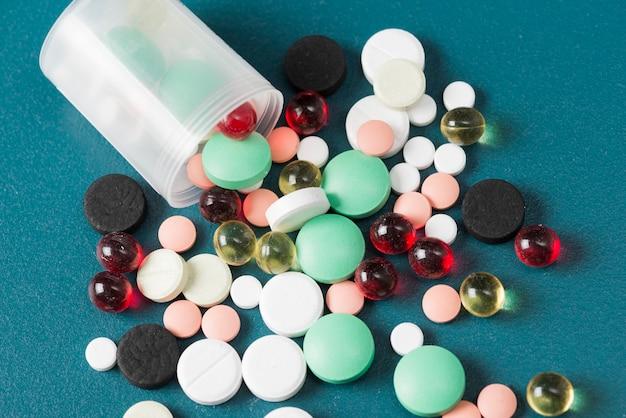 Различные таблетки и пластиковая чашка Бесплатные Фотографии
