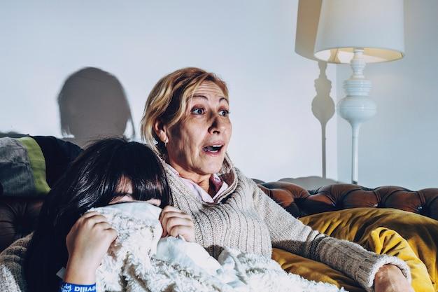 興味深い映画を見ている子供と一緒に母親 無料写真