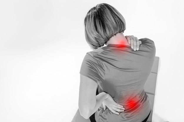 痛い首や背中を持つ認識できない女性 無料写真