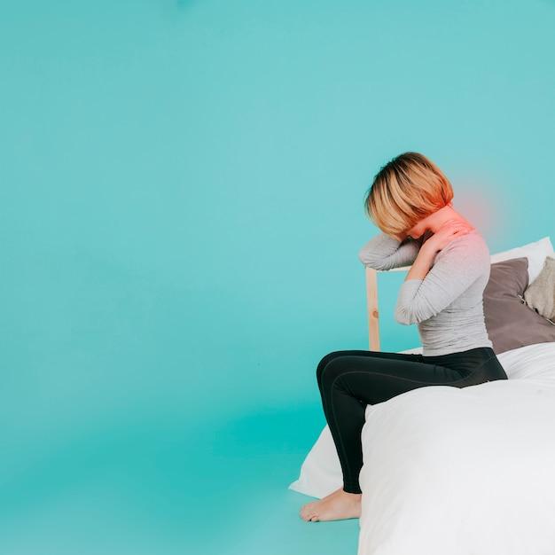 首を痛める大人の女性 無料写真