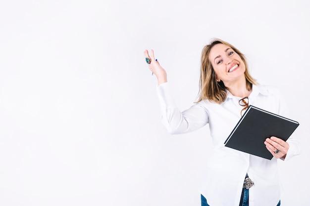 Взрослая женщина с ноутбуком, улыбаясь Бесплатные Фотографии