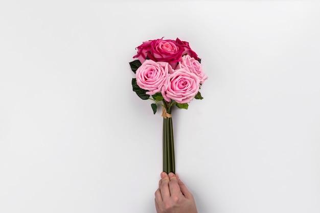バラの花束を手にして手作り 無料写真