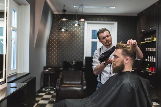 Парикмахерская с сушильным сушкой волос человека Бесплатные Фотографии
