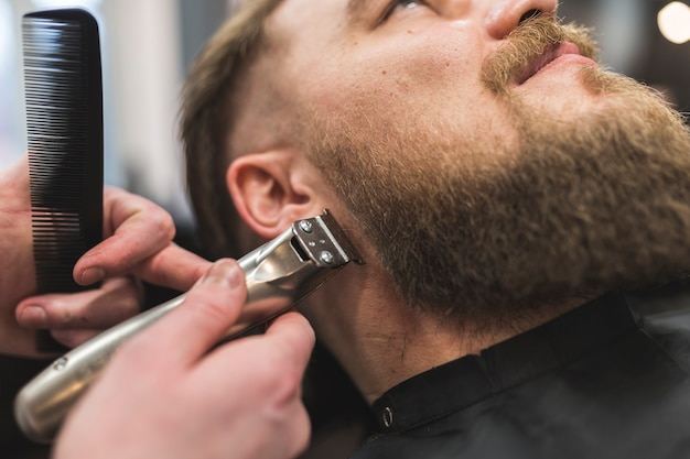 Стилистка подстриженную бороду клиента Бесплатные Фотографии