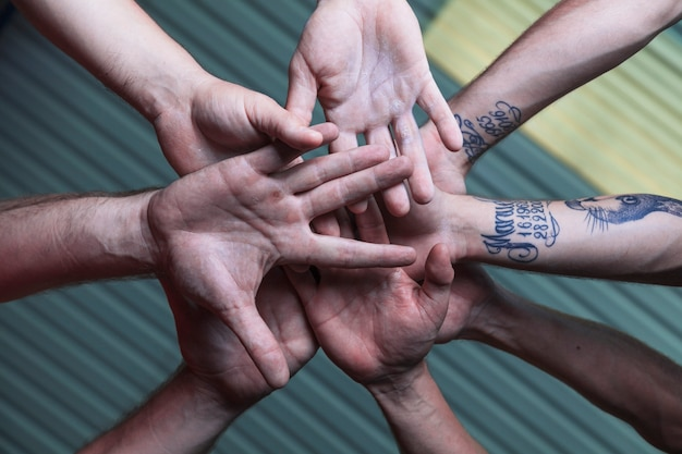 手を一緒に持っているチームの下から 無料写真