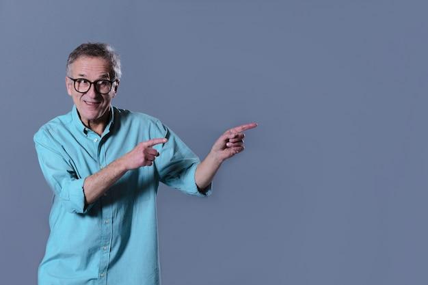 彼の左を指している男 無料写真