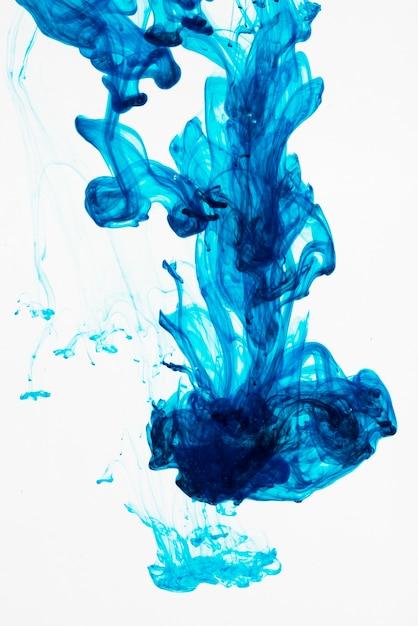 青いインク滴を水中に広げる 無料写真