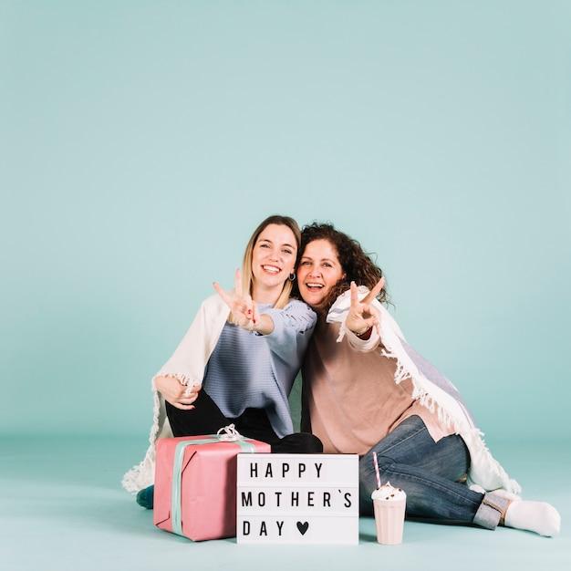 Мать и дочь жестом мир Бесплатные Фотографии