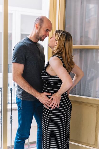 妊婦と開いている窓の前の夫 無料写真
