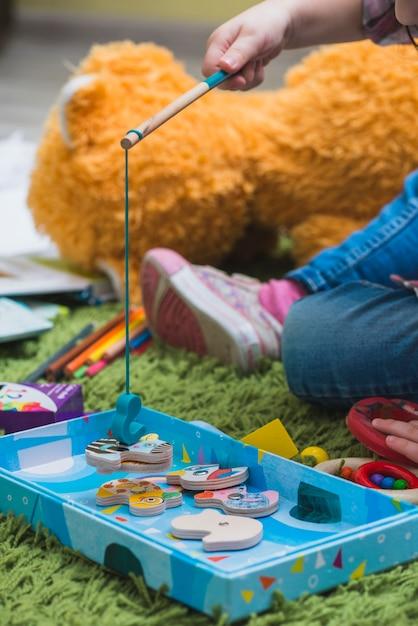 フロアで遊んでいる子供 無料写真