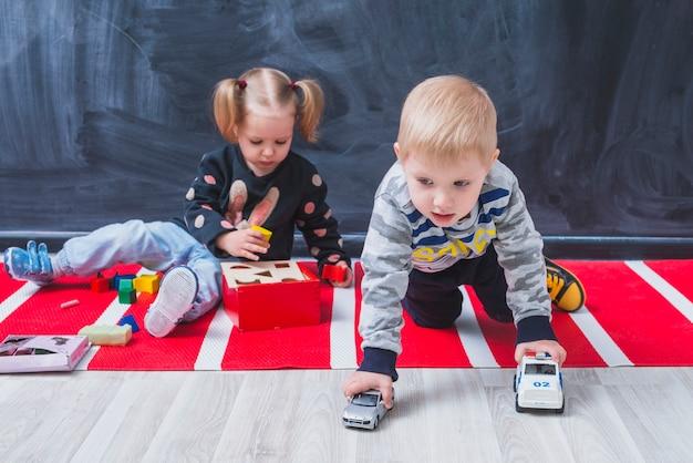 子供たちが床に時間を費やしている 無料写真