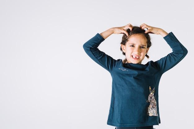怒っている女の子が髪を引き裂く 無料写真