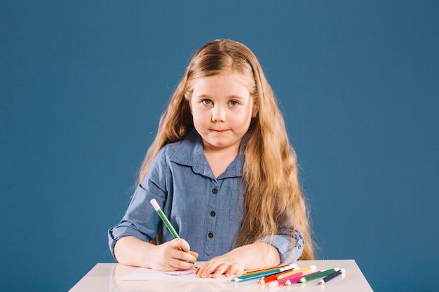 Рисование девушки, глядя на камеру Бесплатные Фотографии