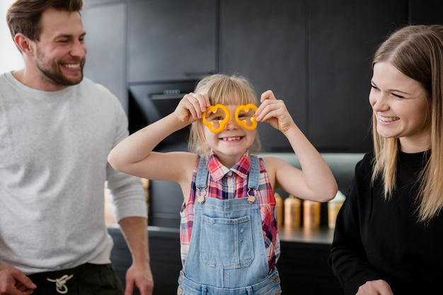 Родители смотрят на забавную девушку Бесплатные Фотографии