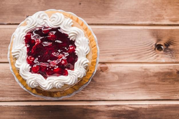 木製テーブル上のチェリージャムケーキ 無料写真