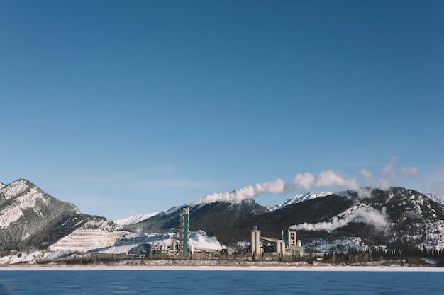 Река на фоне снежных гор Бесплатные Фотографии